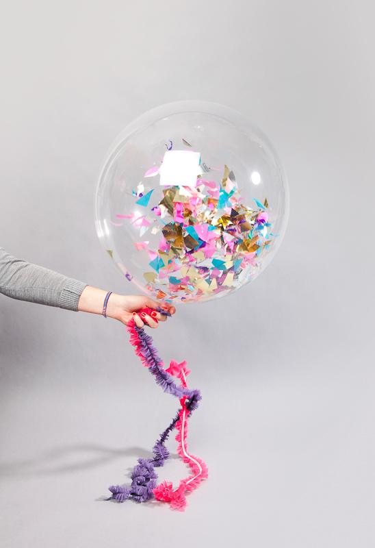 qu guay abrir la caja y recibir un globo que en la cuerda lleva un mensaje