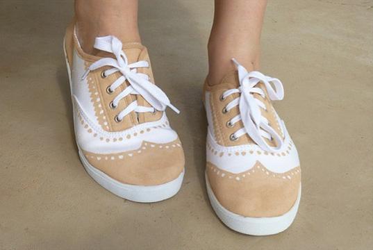 Tutorial – Cambia de unas zapatillas blancas a unas oxford con un rotulador