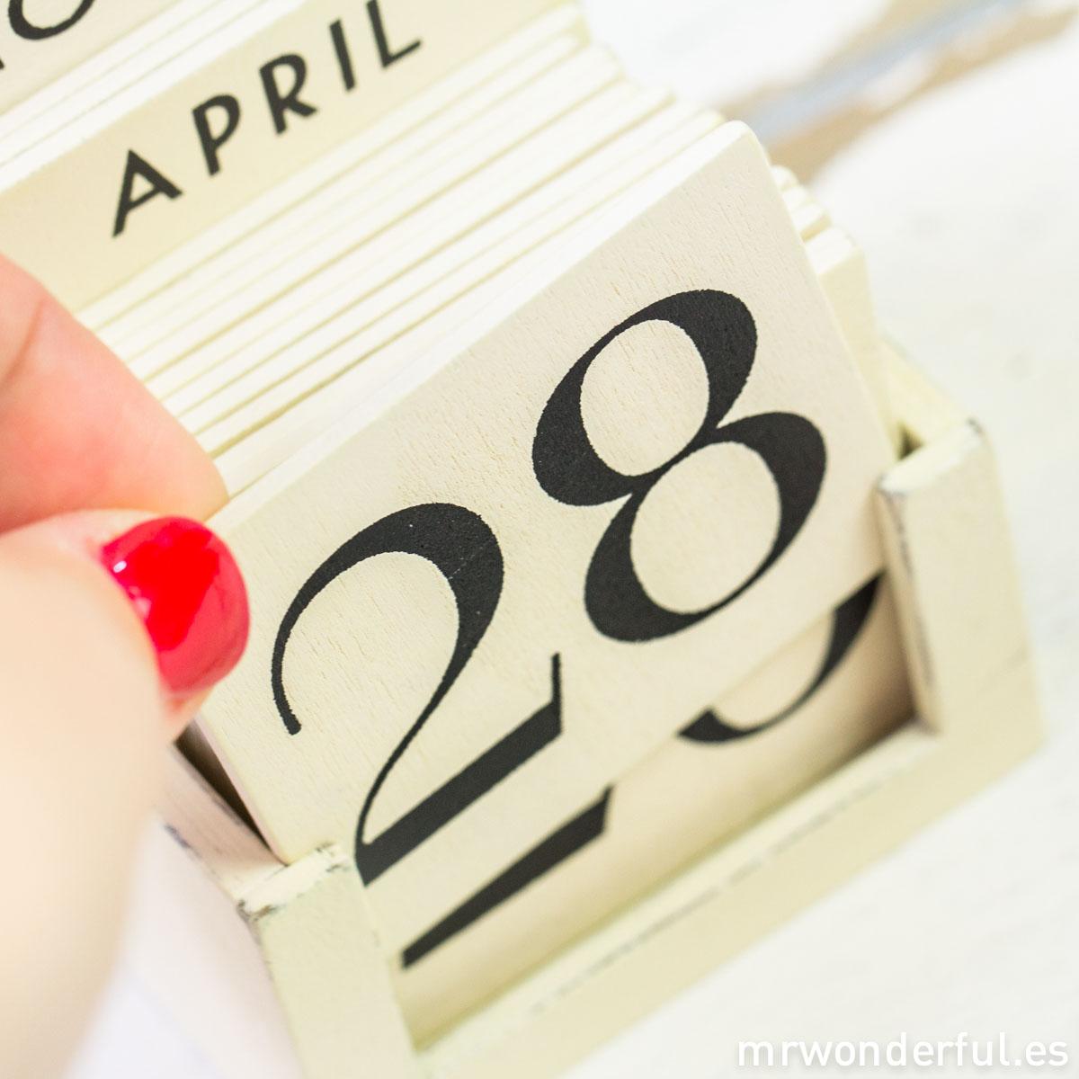 mrwonderful_1205_calendario-perpetuo-madera_beige-retro-11