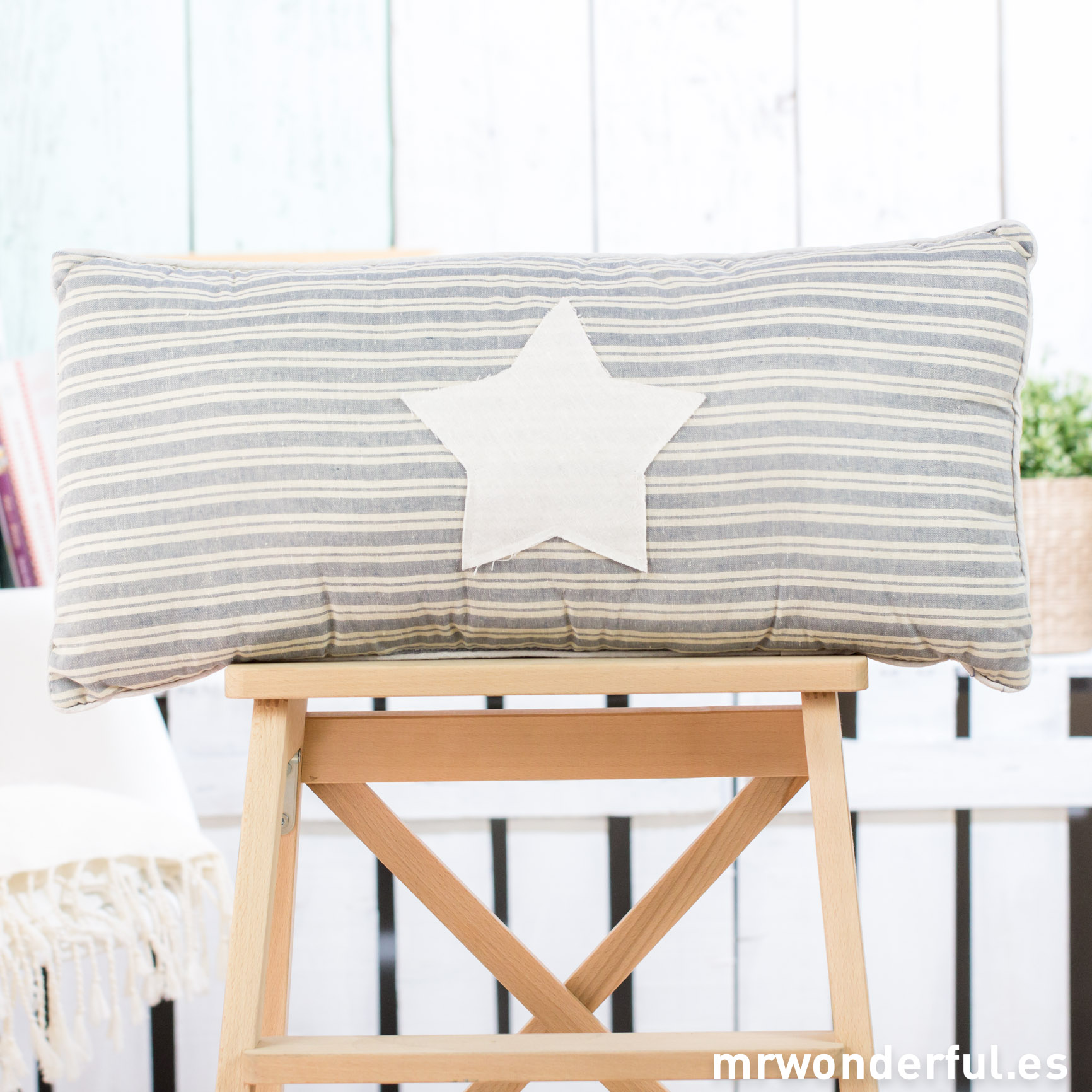 mrwonderful_52957A_cojin-rectangular_rayas-azules-blancas-estrella-13
