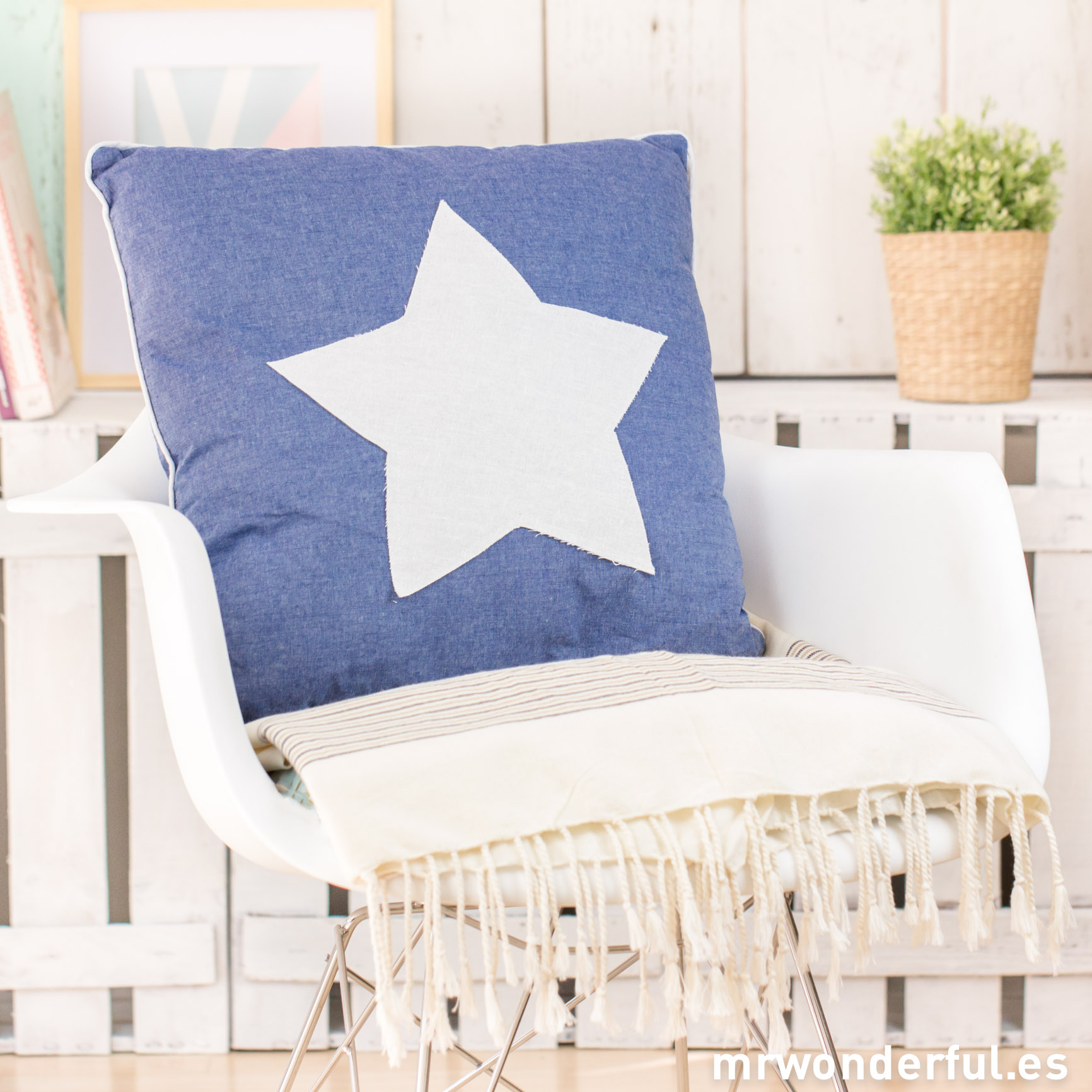mrwonderful_52957B_cojin-cuadrado-azul-estrella-blanca-12-Editar