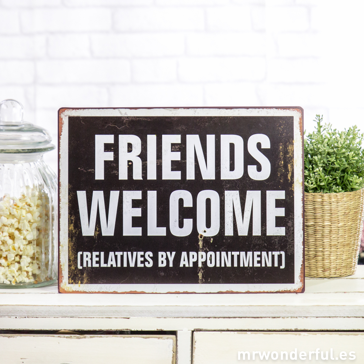 mrwonderful_643001_3_placa-metalica-friends-welcome-2