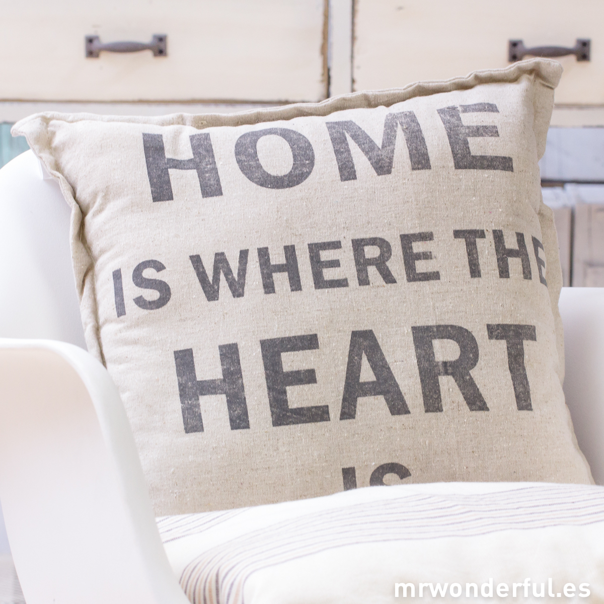 mrwonderful_TX0705_1_cojin-lino-home-is-where-heart-is-1