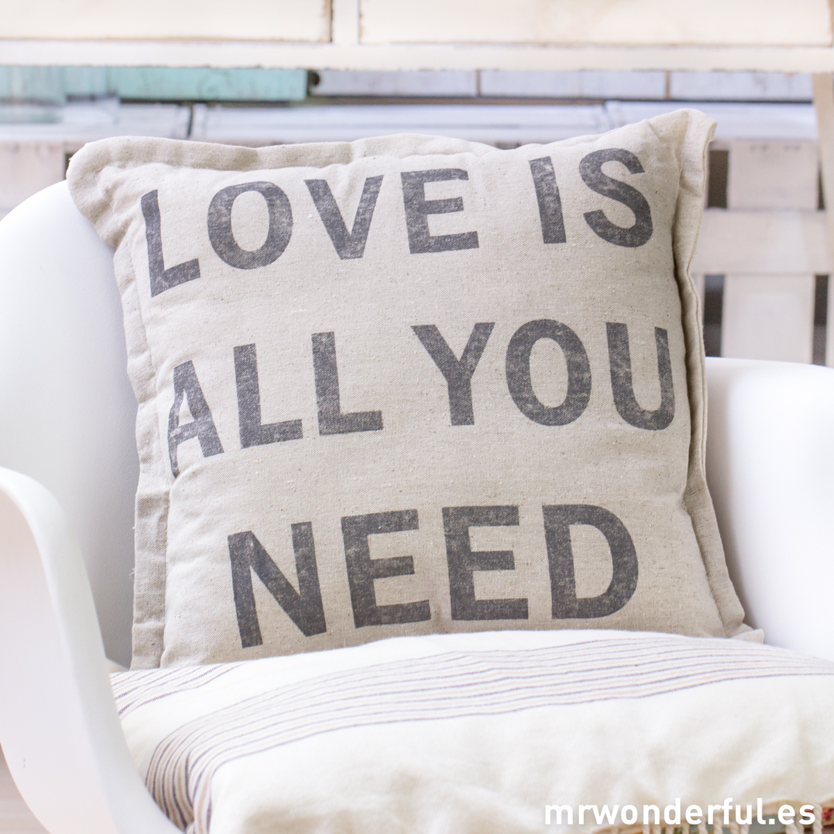 mrwonderful_TX0705_3_cojin-lino-love-all-you-need-4