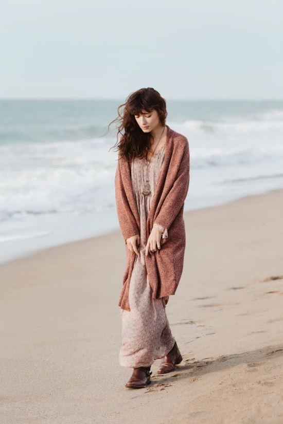 abrigo_rojizo y vestido