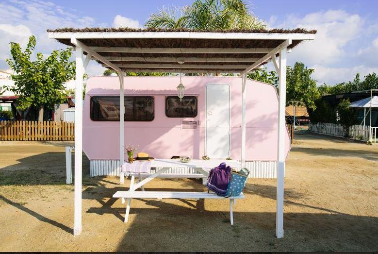 El Camping Miramar y sus caravanas, te harán pasar unas vacaciones de anuncio