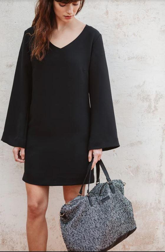 vestido negro y bolso