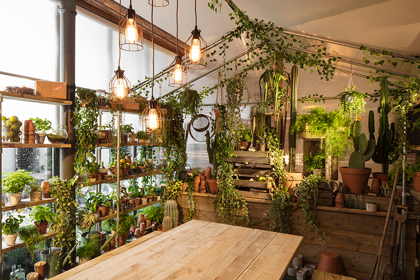 airbnb-pantone-outside-in-house-greenery-london-designboom-06