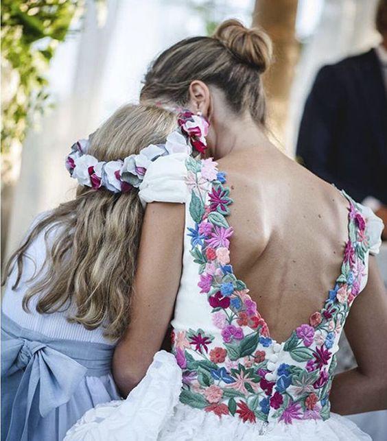 Estas novias las flores las llevan ¡en el vestido!