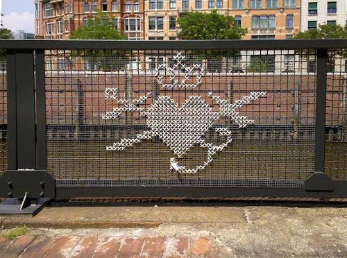 verja-punto-de-cruz-gigante-street-art