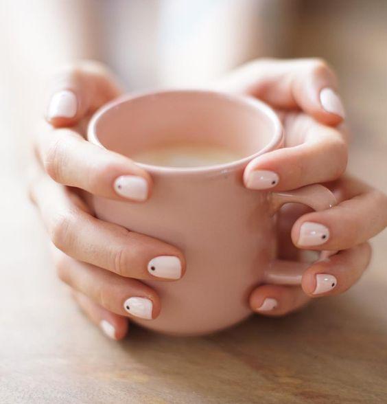 Manicura tons pastel