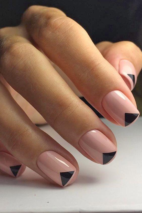 Unhas pintadas a cor-de-rosa clarinho