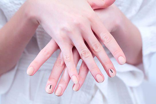 Manicura com cor nude e pontinhas pretos