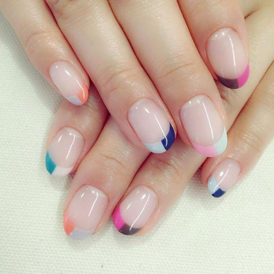 Unhas pintadas com várias cores, manicura francesa