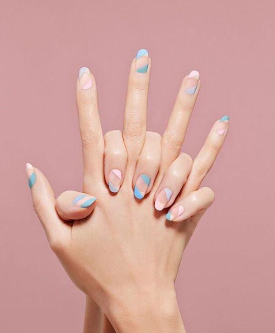 Unhas com uma manicura de cores linda