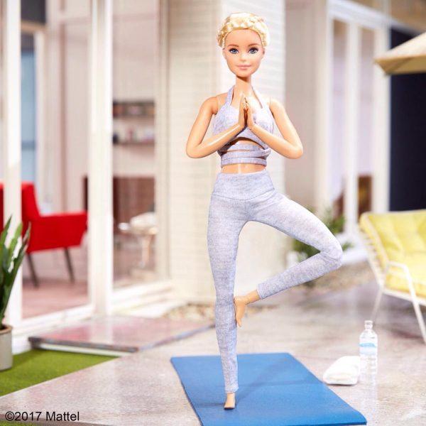 Barbie a fazer Yoga