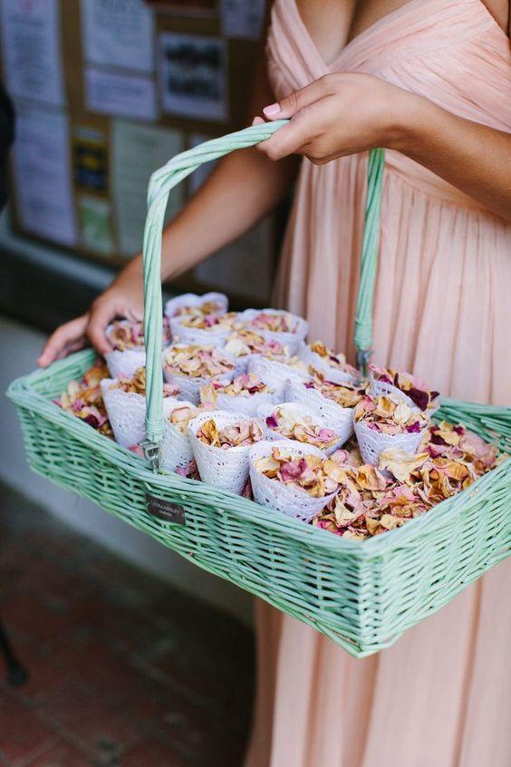 cucuruchos de pétalos para bodas