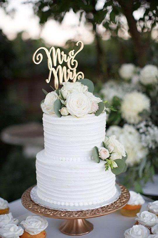 Pastel de boda con cobertura blanca.