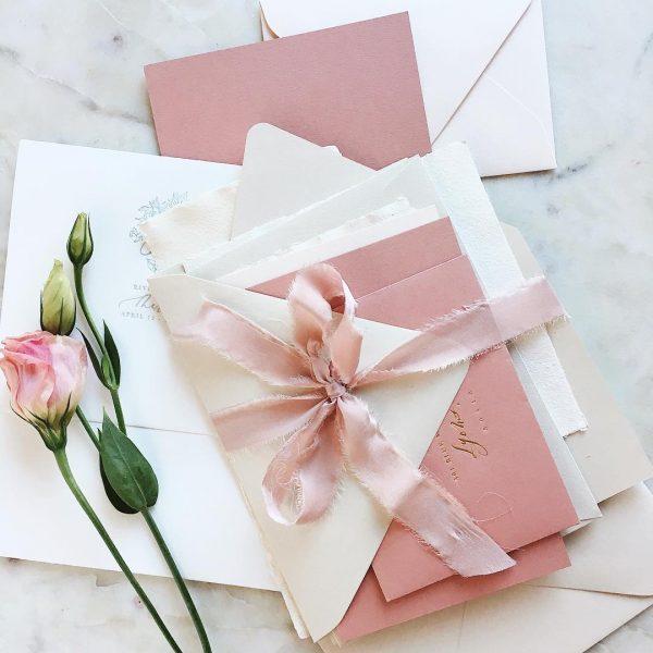 Invitaciones de boda de papel.