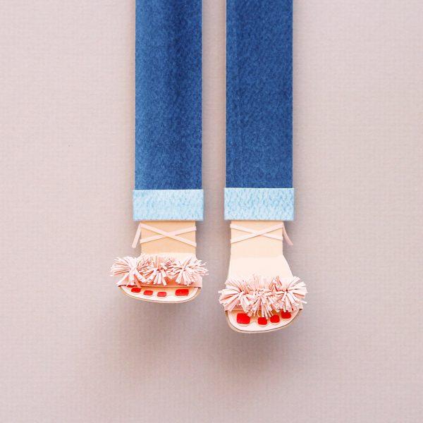 Sandalias hechas de papel