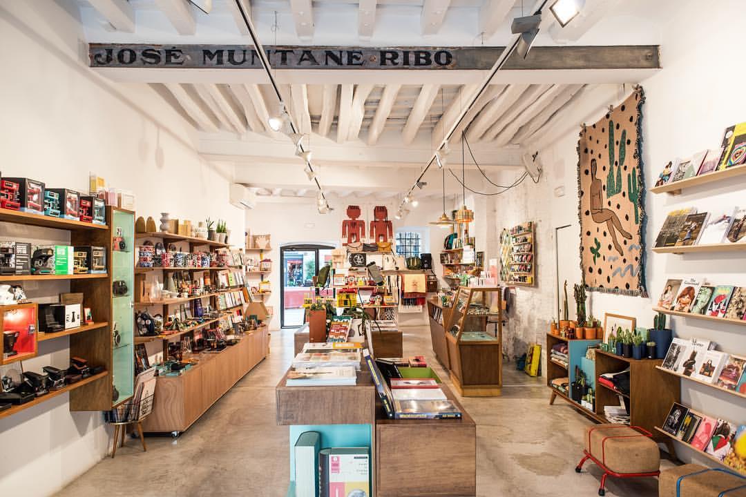 Encontrar un regalo original y vintage en Chandal Store es una de las mejores cosas que hacer en Barcelona