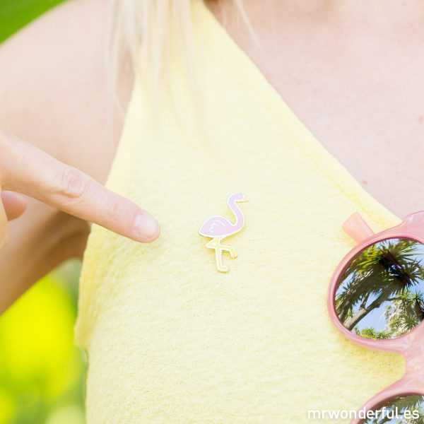 Pin con forma de flamenco que Mr. Wonderful regala con la compa de una de sus gafas de sol