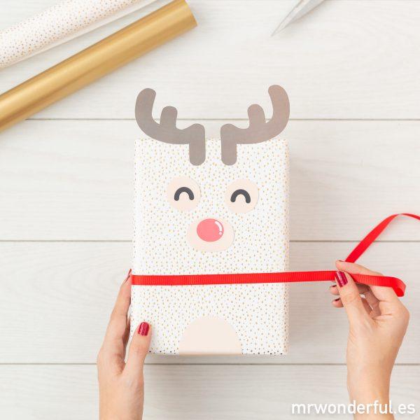Un reno para decorar y envolver regalos de Navidad