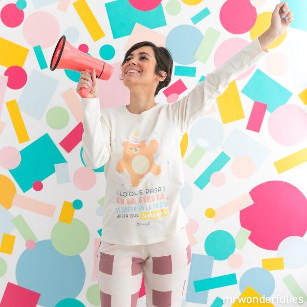 Pijama de invierno para mujer con dibujo de oso fiestero y mensaje original y divertido.