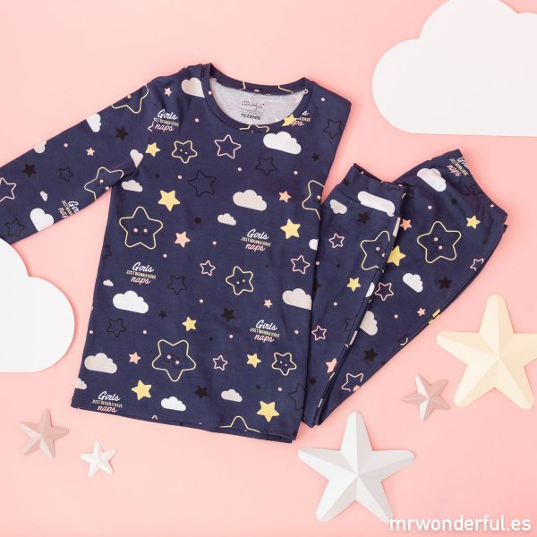 Pijama de invierno estampado de Mr. Wonderful y Tezenis con dibujos de estrellas y nubes y un mensaje en inglés.