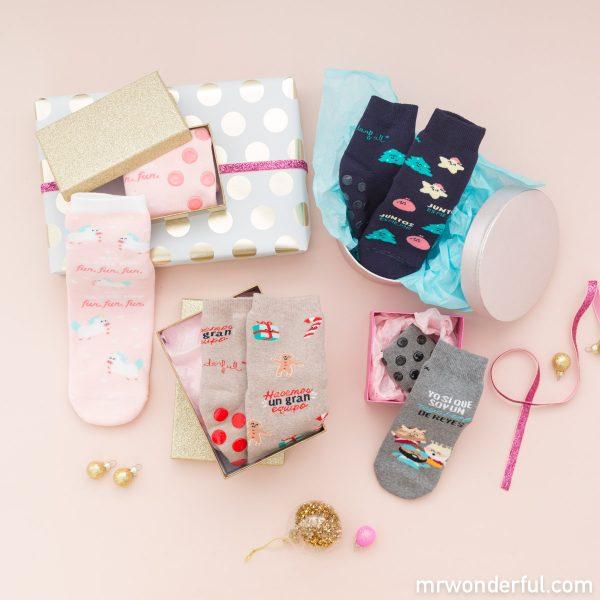 Modelos de la colección Mr. Wonderful x Calzedonia de calcetines navideños divertidos y originales para niños y niñas.
