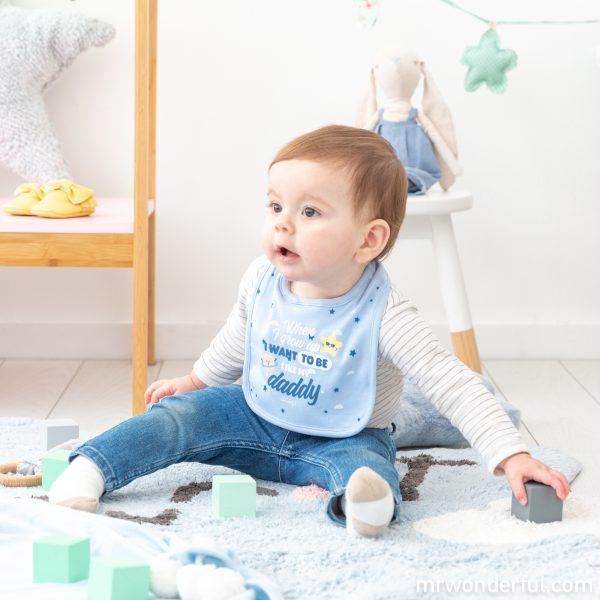 Babero azul de bebé de la nueva colección de pijamas premamá y ropa de bebé de Mr. Wonderful para Prénatal