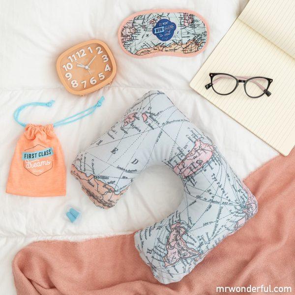 Kit con almohada y antifaz, uno de los accesorios de viaje originales de Mr. Wonderful