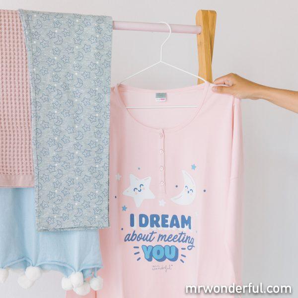 Uno de los pijamas premamá Prenatal con estampado de estrellas